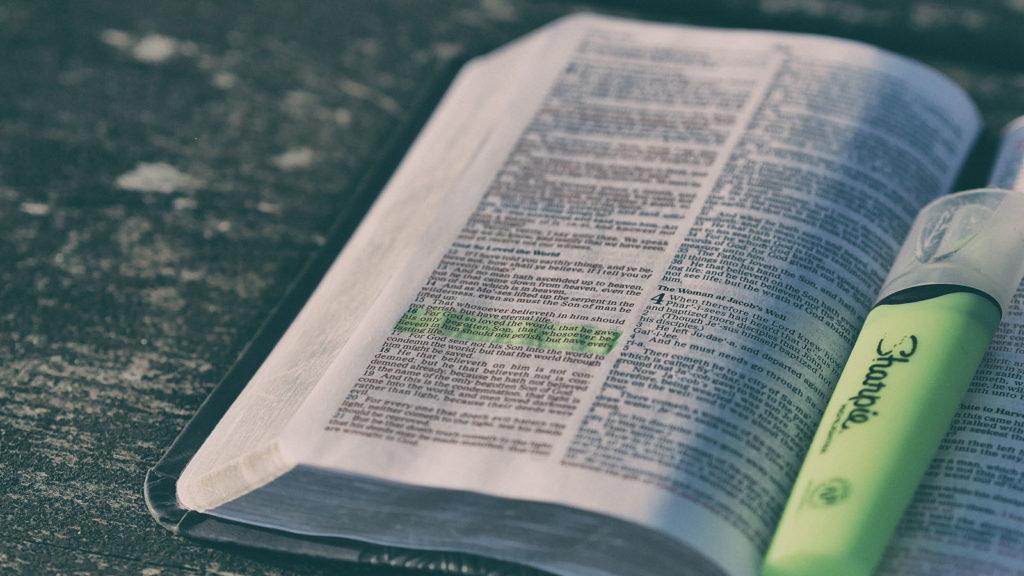 bible-ouverte-surlignee-1600x900